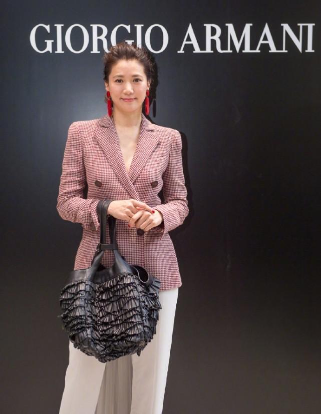 袁咏仪难得化妆美出新高度 但这衣服也太尴尬了吧
