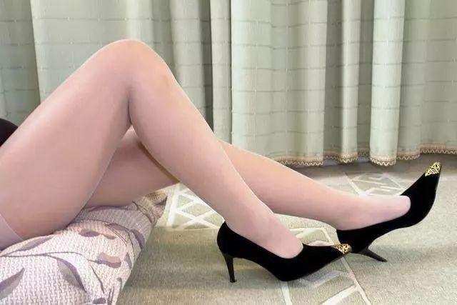 黑色包臀裙搭配肉丝高跟鞋 7