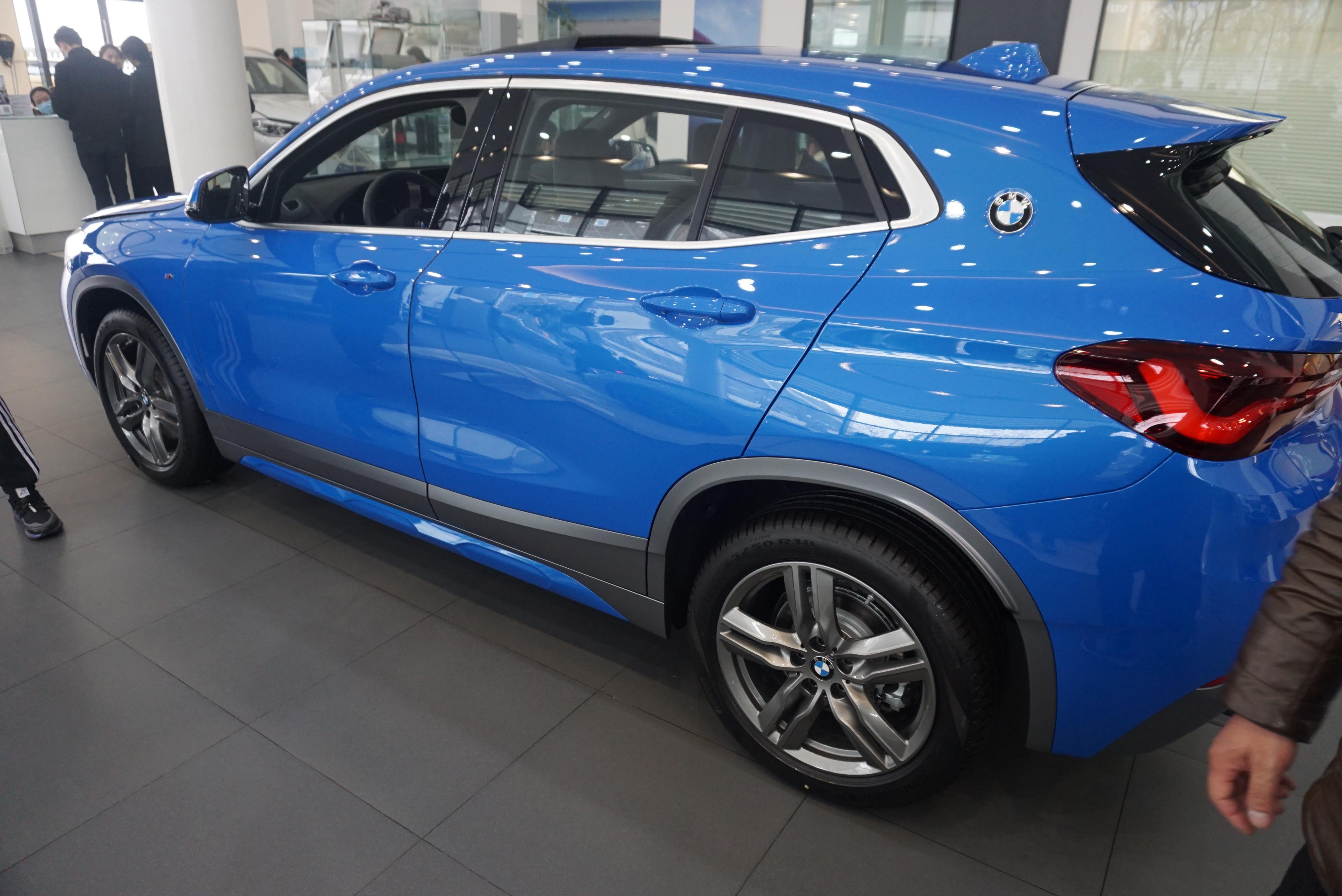 到店實拍新款寶馬X2,藍色很帥氣,入門配倒車影像+電動後備箱-圖4