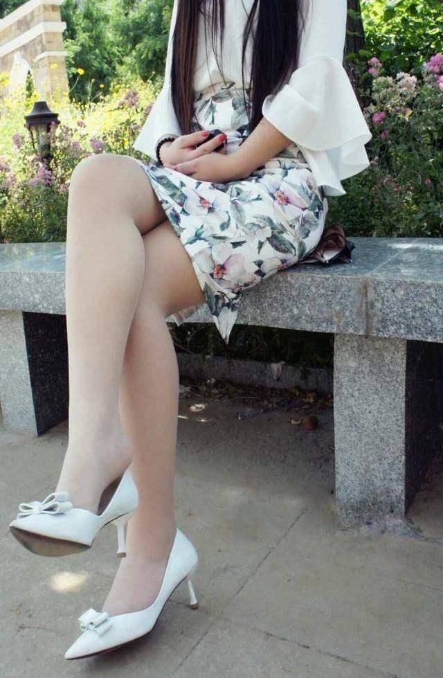 薄款肉丝袜秀出女神美腿, 搭配高跟鞋气质更动人