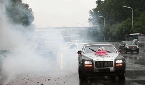 韓國女子合肥街頭發紅包, 億元豪車為其開道