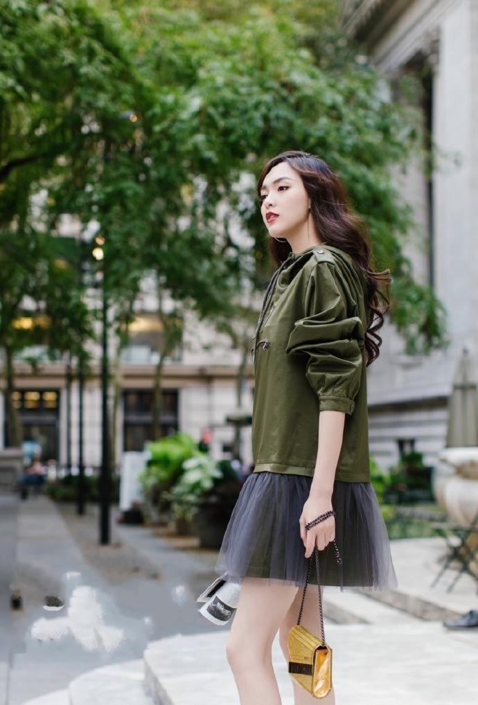 唐嫣又一次穿出了时尚新高, 这条裙子是要火的节奏吗? 6