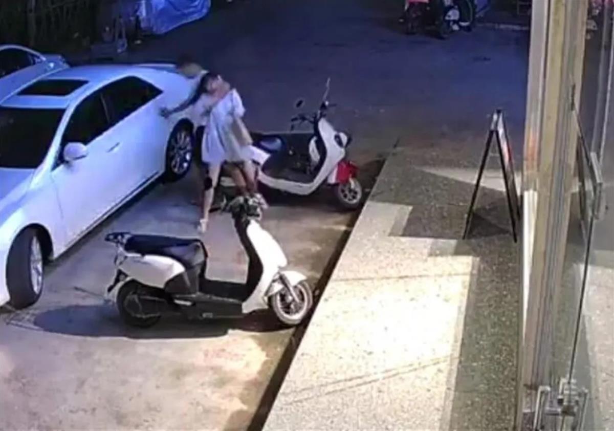 女子遭前男友拖拽上車,放棄追責但此事沒完!警方:還未結案-圖1