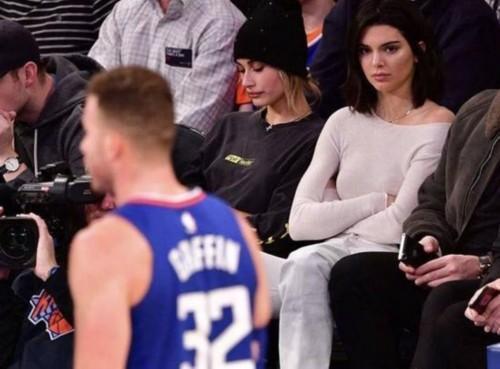 格里芬深陷桃色陷阱, 詹娜为何如此让他痴迷? 看看她的坐姿就懂了