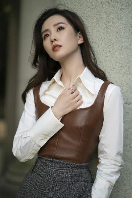 路人鏡頭下的劉詩詩, 白襯衫疊穿皮馬甲, 氣質優雅誰見瞭不喜歡-圖4