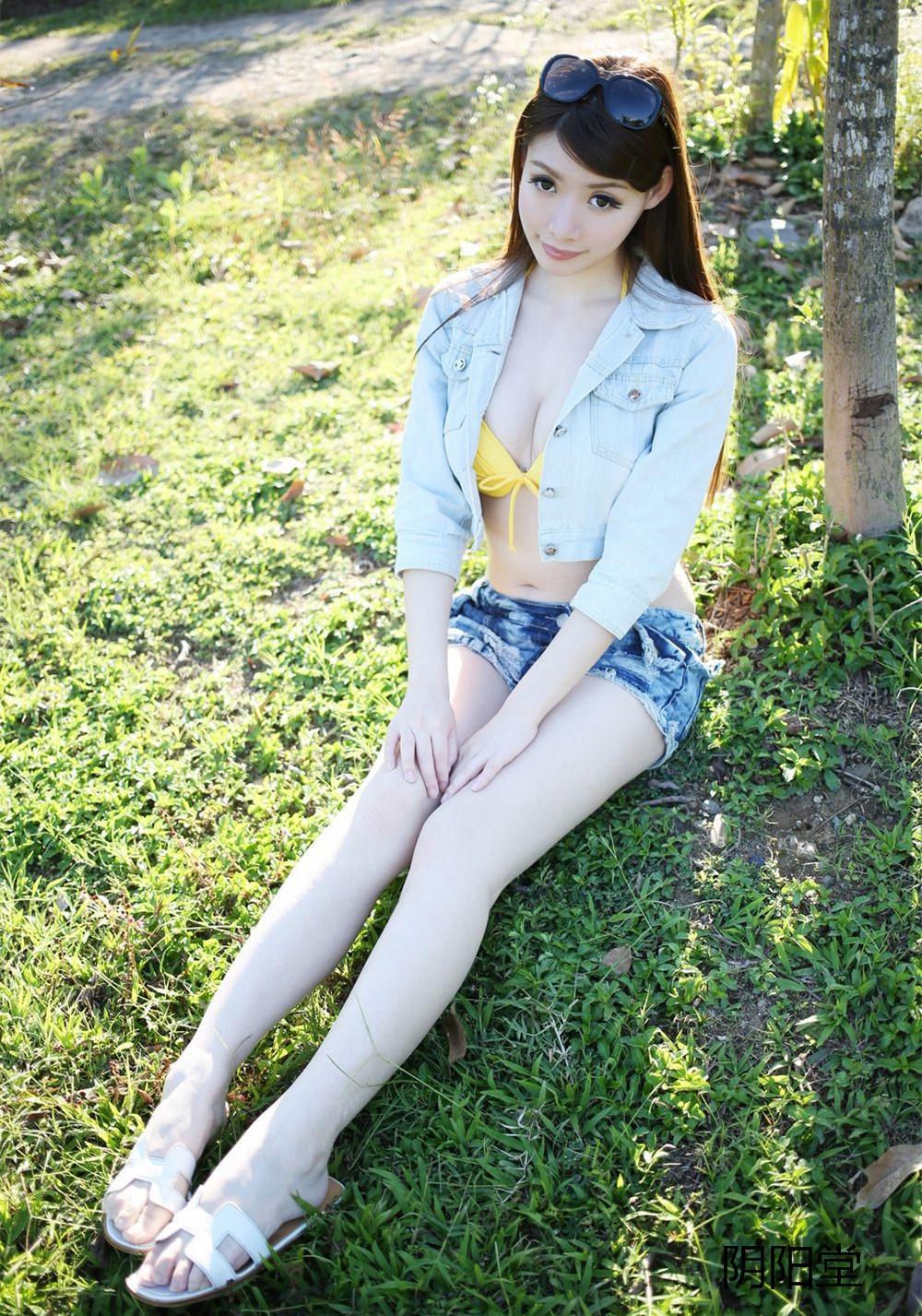 街拍活力少女, 牛仔超短裤搭配黄色泳衣十足抢眼