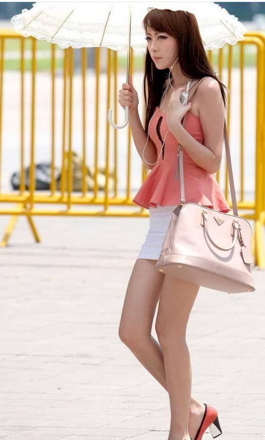 街拍: 一袭简单的包臀裙, 妹子姣好的身材就这样完美的展现出来了! 4