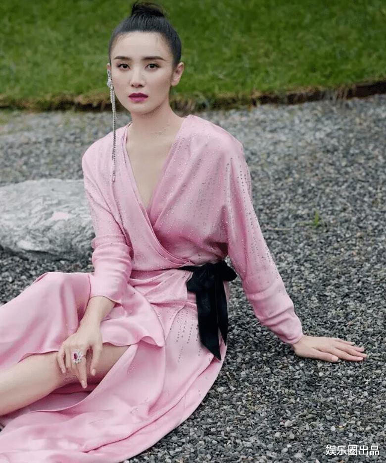 終於明白為啥劉德華主動邀請她拍戲, 看到她穿粉裙的氣質, 誰不愛-圖2