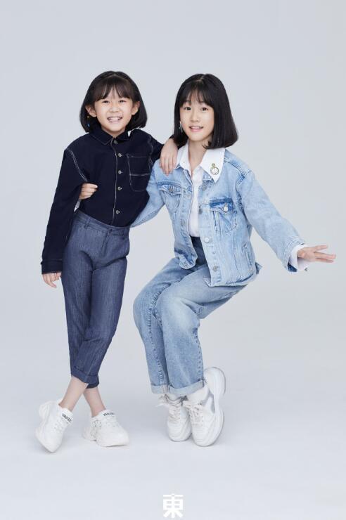 鮑蕾攜兩女兒穿親子裝拍照, 12歲貝兒眉眼長開和陸毅如復制粘貼-圖9