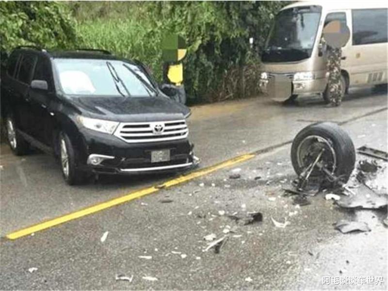 """""""公路坦克""""與漢蘭達相撞, 車損情況讓路人揪心, 這不對勁吧?-圖3"""