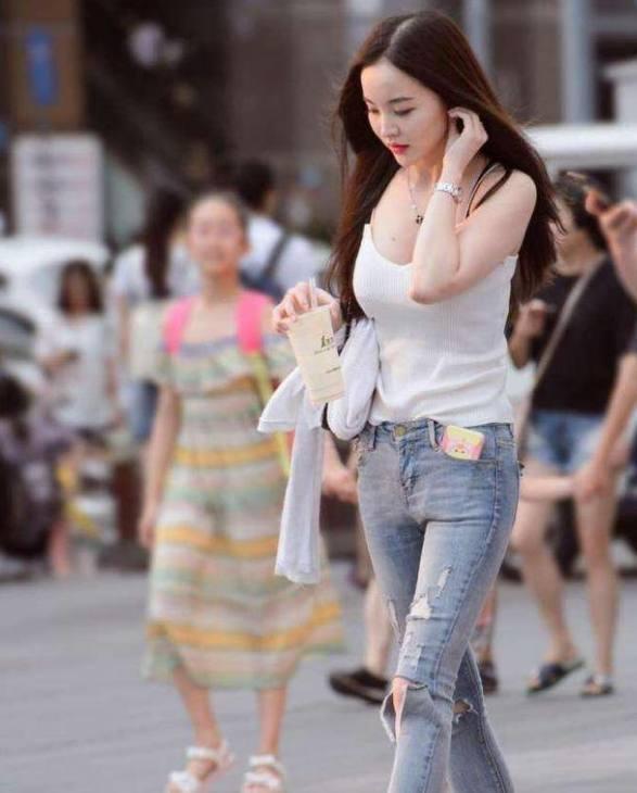 街拍: 一袭简单的包臀裙, 妹子姣好的身材就这样完美的展现出来了! 1