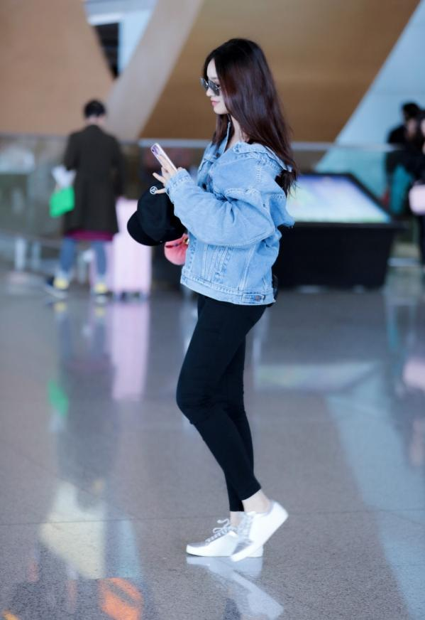 林允最新机场照, 穿的上衣引起网友议论 5