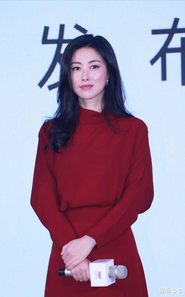 朱珠也太瘦瞭, 一襲紅裙同框周一圍現身活動, 蠻腰和頭基本同寬-圖6