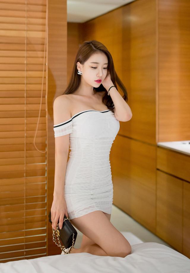 白色抹胸的包臀裙, 前凸后翘的苗条身材让人着迷 2