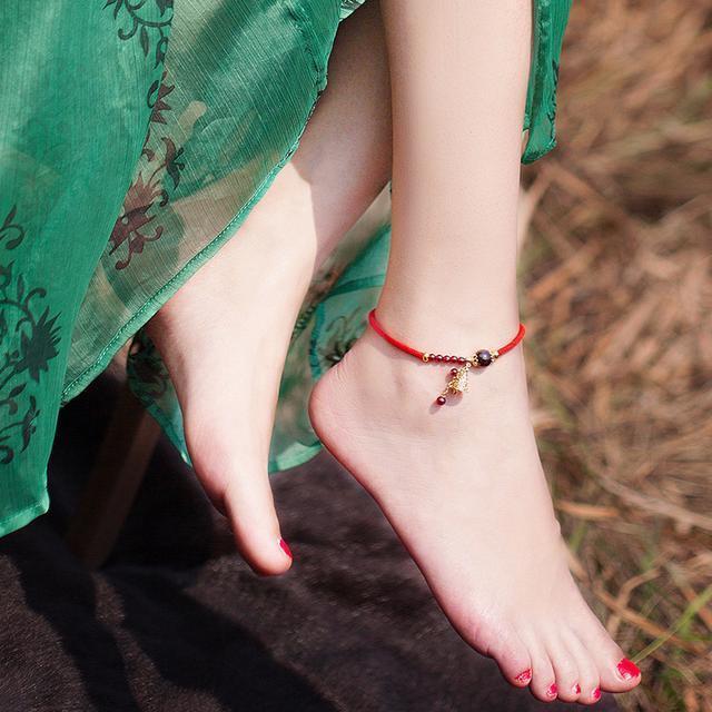 红绳搭配上天然的翡翠玉串制而成, 彰显出很好的气质, 在脚腕间 5