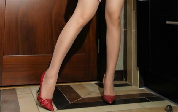 有质感的高跟鞋很有必要, 大家的目光也在不经意间跟着它走