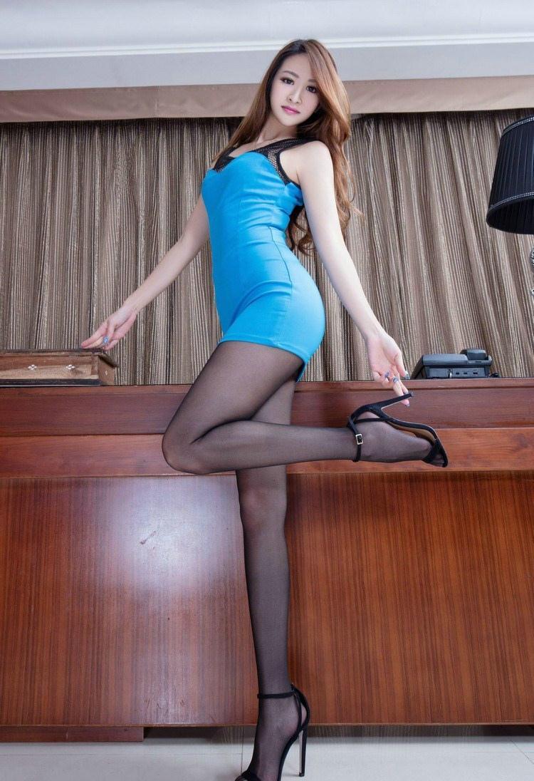 蓝色包臀裙搭配黑色凉高跟, 带来优美的线条美感, 时尚优雅。