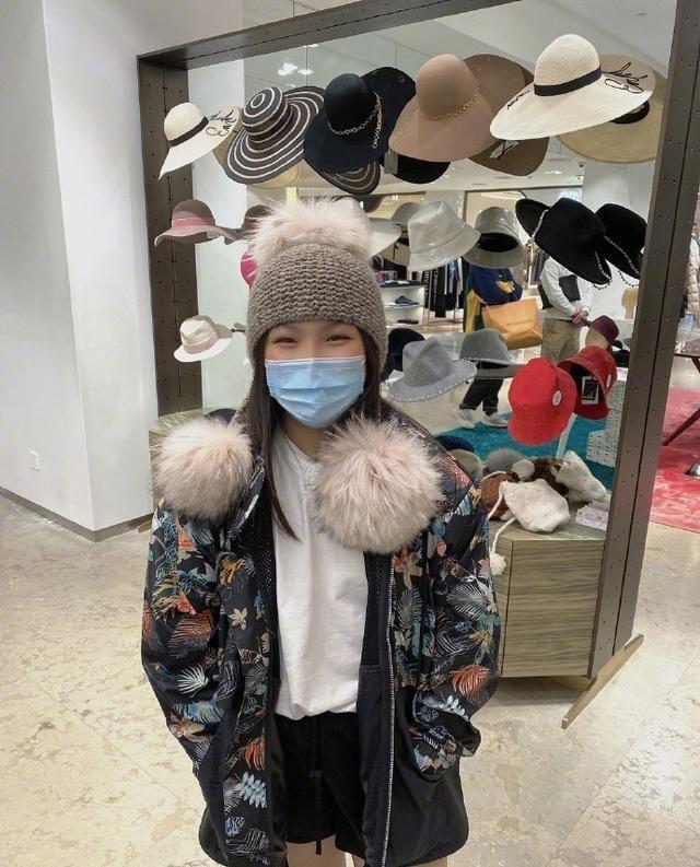 李湘陪女兒買帽子, 王詩齡戴上新帽子超開心, 笑到眼睛瞇成一條縫-圖1
