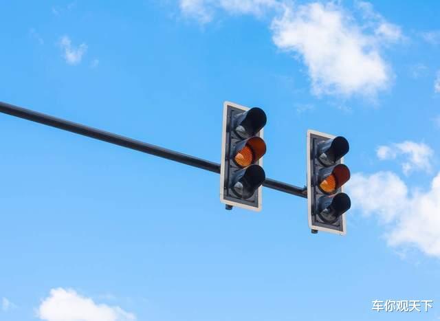 黃燈最後一秒過線, 繼續走算不算闖紅燈? 交警: 再說最後一遍-圖1