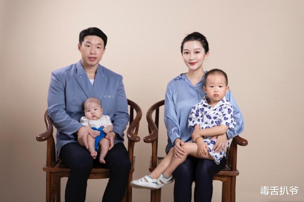 燒餅為小兒子慶百天, 祖孫三代共用一張臉, 嬌妻的基因完美避過!-圖1
