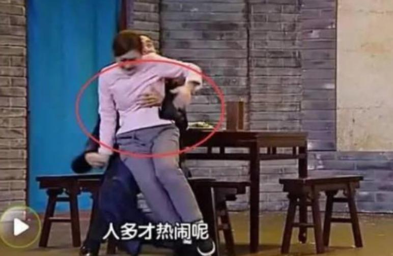 """女星尷尬瞬間:楊冪秦嵐遭遇咸豬手,她被""""摸""""卻不敢出聲!-圖6"""