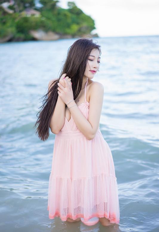 粉色雪纺连衣裙很好看 化了粉色淡妆的女神更让人心动