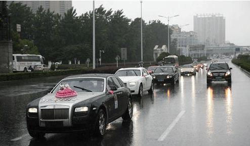 韩国女子合肥街头发红包, 亿元豪车为其开道