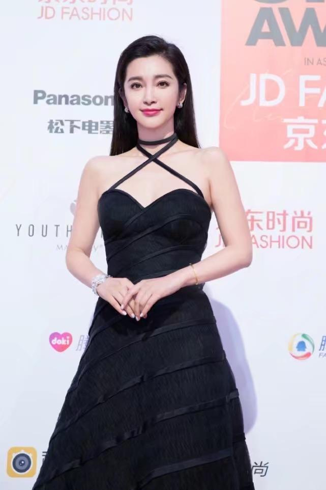 44岁李冰冰黑色长裙现身活动, 嫩的出水, 网友: 怪不得能找到28岁男友! 1