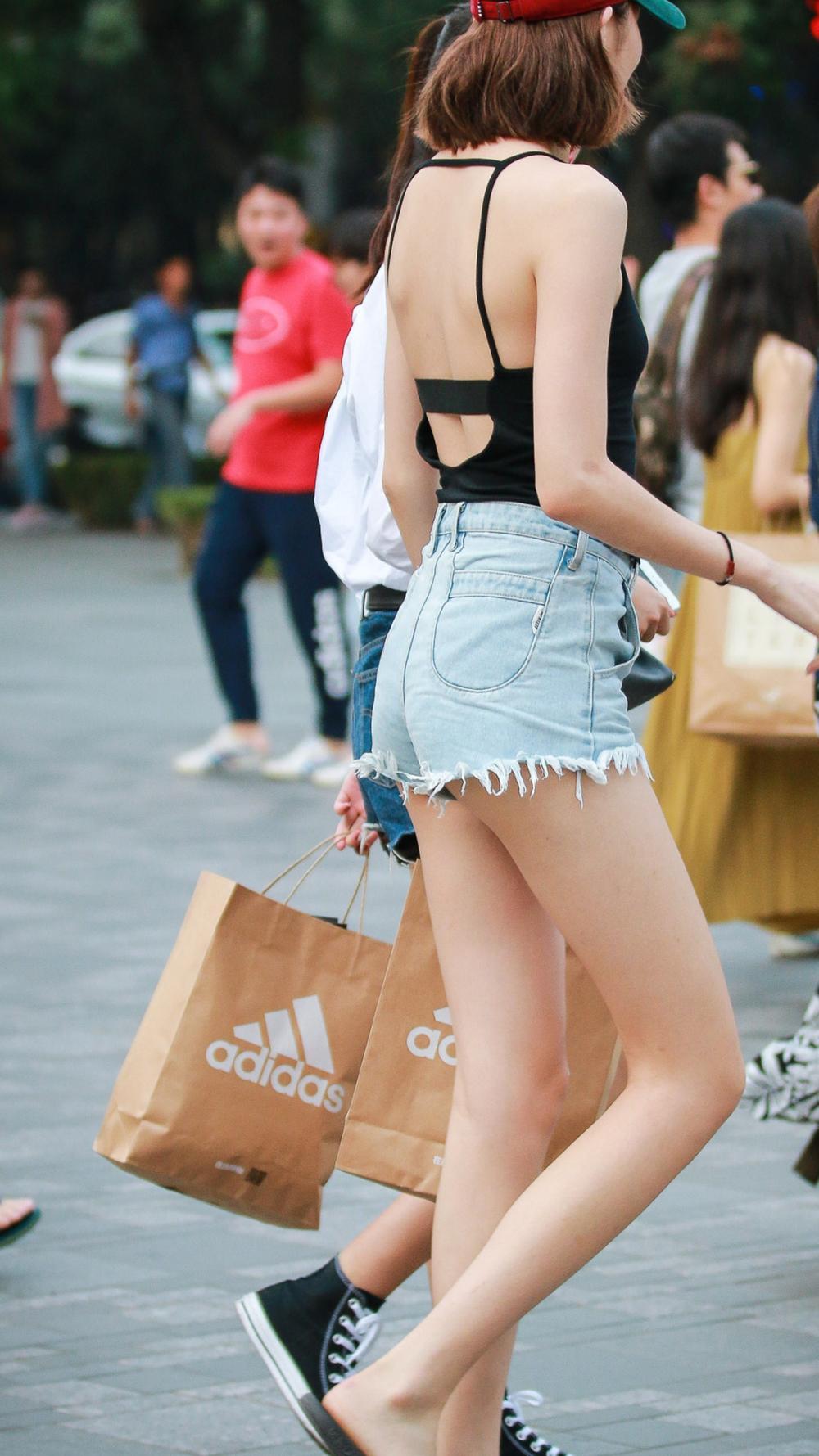挂脖式露背上衣搭配超短裤的黄花大闺女, 1米2大长腿晳白美丽 5