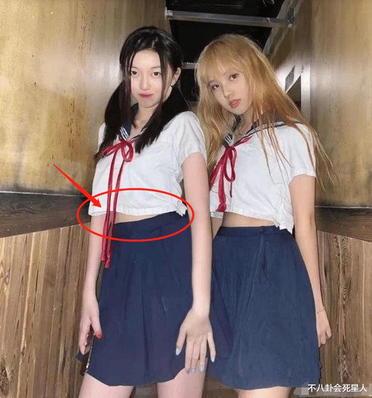 王菲女兒李嫣穿JK服, 14歲早熟露腰, 一個細節暴露她的不自信-圖3