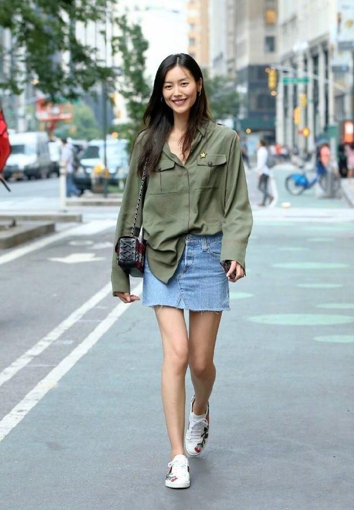 街头偶遇大表姐, 身穿牛仔裤身材比例超好, 笑容超甜美