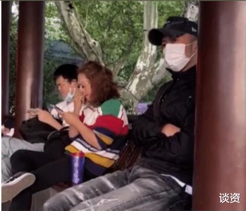 51歲王菲與謝霆鋒牽手, 暴露感情現狀, 牽手姿勢就知道幸不幸福-圖4