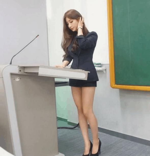女教师也能穿职业装, 这样学生都不会逃课啦 1