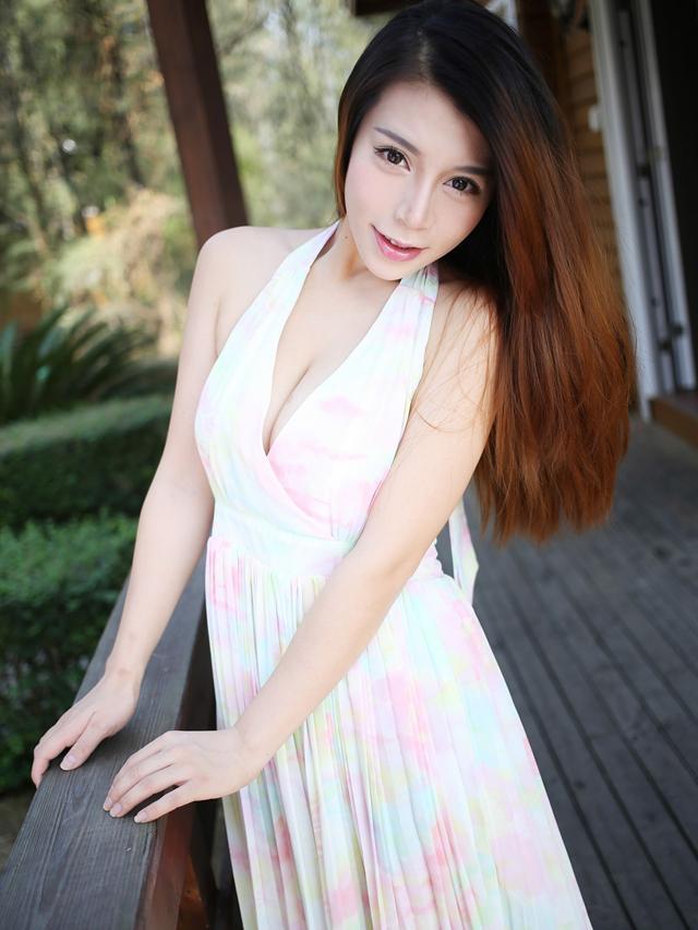 吊带连衣裙成熟有女人味, 给男人无尽的诱惑