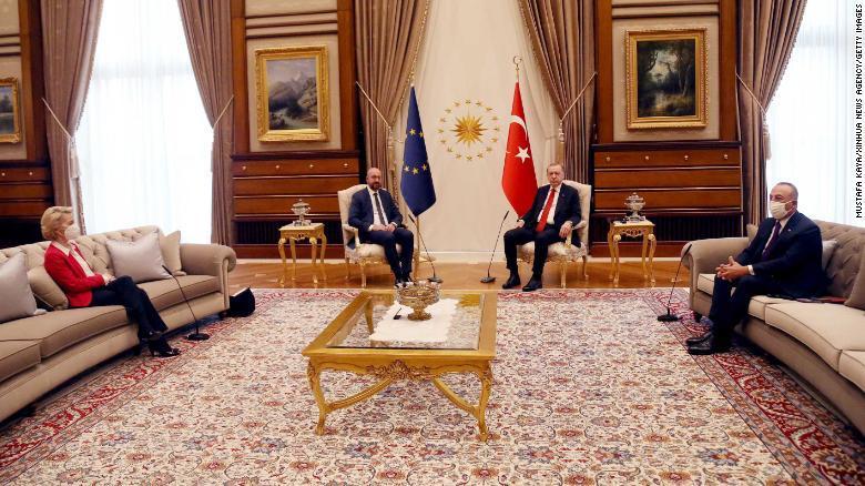 """隻有兩把椅子, 土耳其總統跟歐盟兩位主席該怎麼坐? """"Ehm……""""-圖2"""