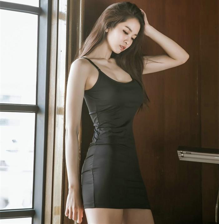 黑色的吊带裙总是神秘, 给人一种无尽的诱惑 2