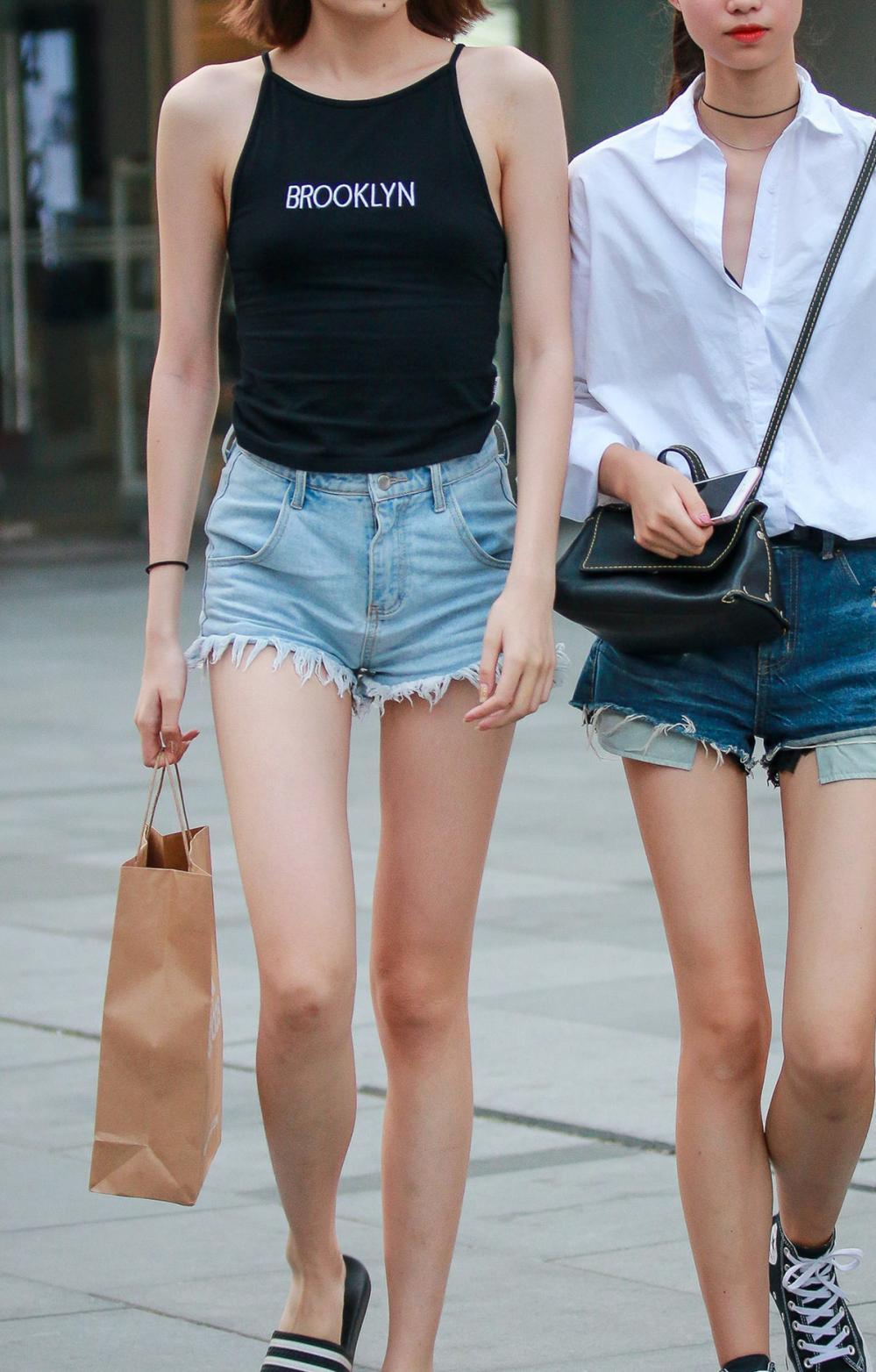 挂脖式露背上衣搭配超短裤的黄花大闺女, 1米2大长腿晳白美丽 1