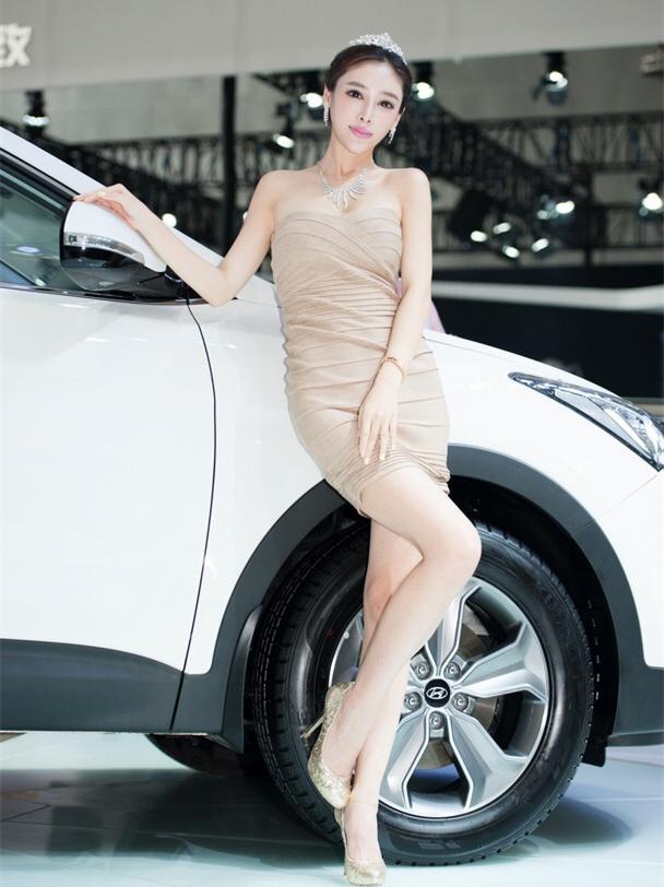 街拍粉色抹胸包臀裙, 车可以开走, 人可得留下 7