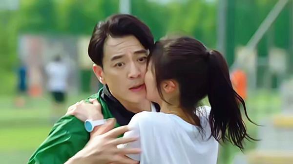 《陪你一起長大》小蘿莉愛上大叔! 紫寧當眾親吻奚彬, 倆媽媽大怒-圖2
