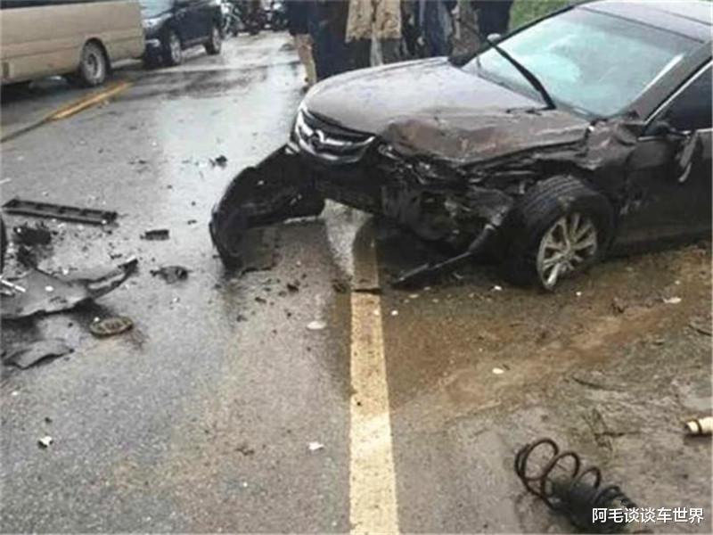 """""""公路坦克""""與漢蘭達相撞, 車損情況讓路人揪心, 這不對勁吧?-圖2"""