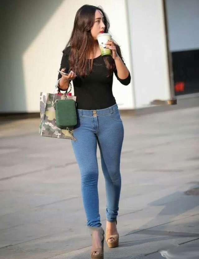 小姐姐身穿紧身的牛仔裤, 塑造出完美的身材 1