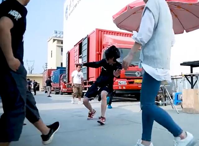 王一博劇組玩滑板險些摔倒撞人, 曾因在機場玩滑板被吐槽-圖7
