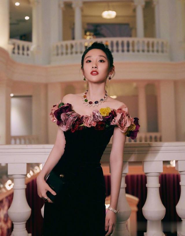 唐藝昕產後復出, 身著黑色連衣裙巧用花邊來點綴, 美得驚艷瞭時光-圖8