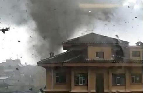 龙卷风突袭黑龙江如黑龙狂舞 嫩江县建筑房顶刮飞甚至刮成碎片