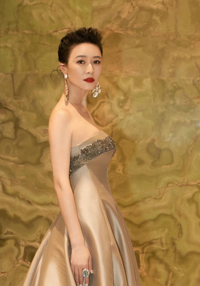 田海蓉的身材40+女人裡少有, 穿抹胸裙亮相華鼎獎, 側身真顯曲線-圖2
