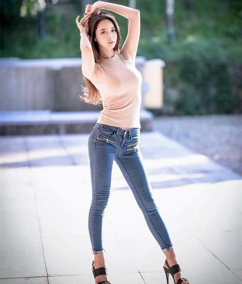 秋季穿衣搭配, 紧身牛仔裤能很好的展现S型身材, 迷人身姿让你更美丽 5