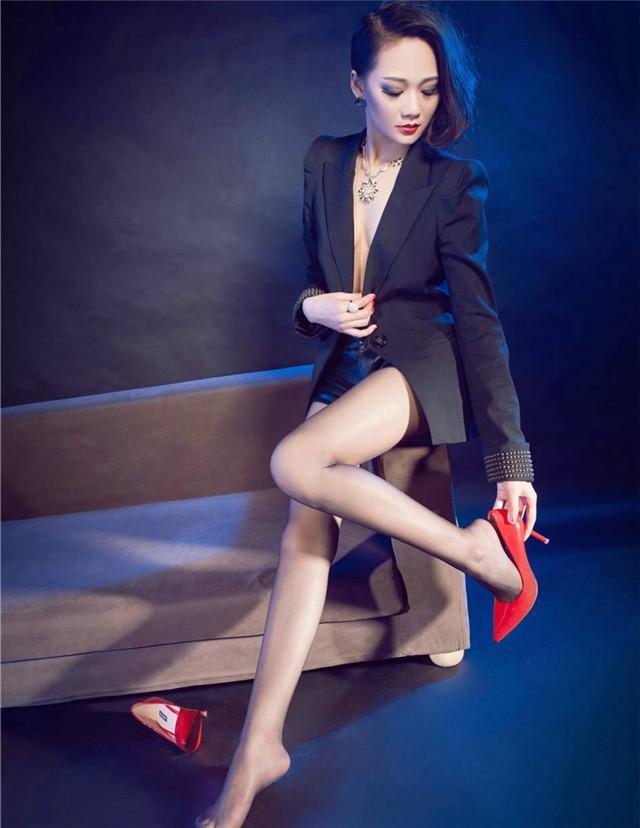 鲜艳的红色高跟鞋搭配超薄黑丝, 冷艳御姐坐姿霸气不输男人 1
