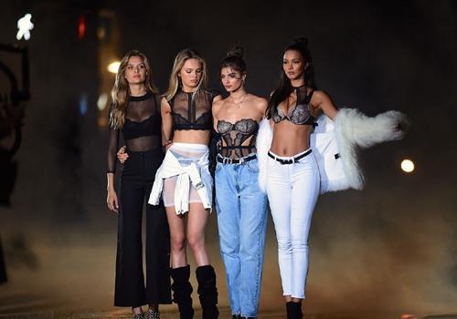 维密超模展示内衣外穿 国内女明星谁也不敢这样穿