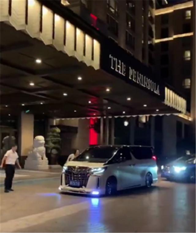 """某高檔酒店現""""滬上皇""""的座駕, 加價15萬的埃爾法, 車牌還是710-圖1"""