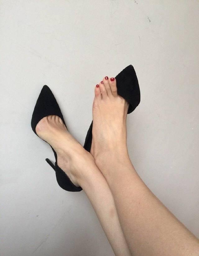 有质感的高跟鞋很有必要, 大家的目光也在不经意间跟着它走 3